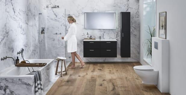 Kylpyhuoneen värikarttaa hallitsevat valkoinen, musta ja harmaa