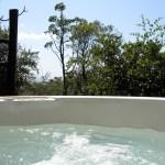 スイートルームではジャグジーを楽しむことができる。アフリカの自然のなかでのひとっ風呂は最高。実に贅沢。滞在中お湯は変えられることはなかったが、チェックアウト後は入れ替えが行われていた模様。