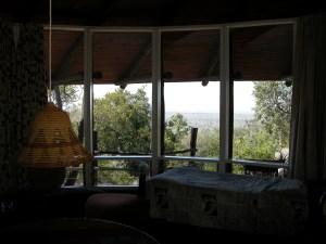 振り向けば、アフリカのサバンナ。外にはバルコニーがあり、イスに腰かけ読書やひなたぼっこにも興じることができる。