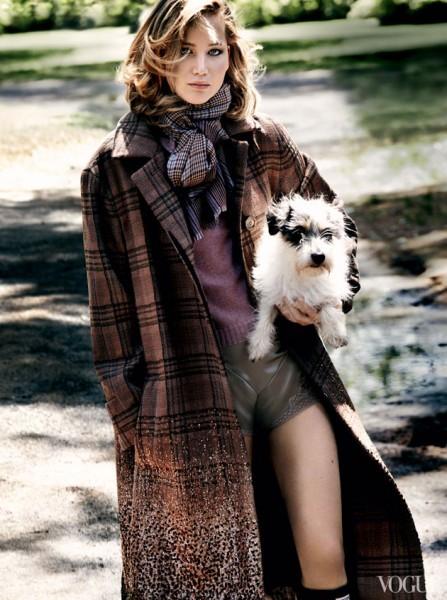 Jennifer Lawrence segurando um cachorro