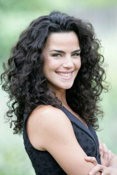 Ana Paula Arósio com cabelos cacheados