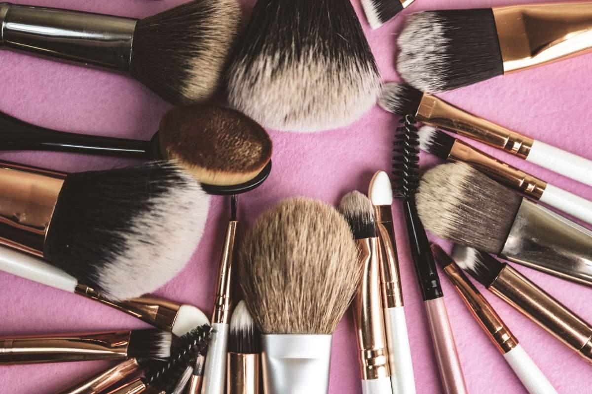 Veja como recuperar pincéis de maquiagem velhos e soltando pelos