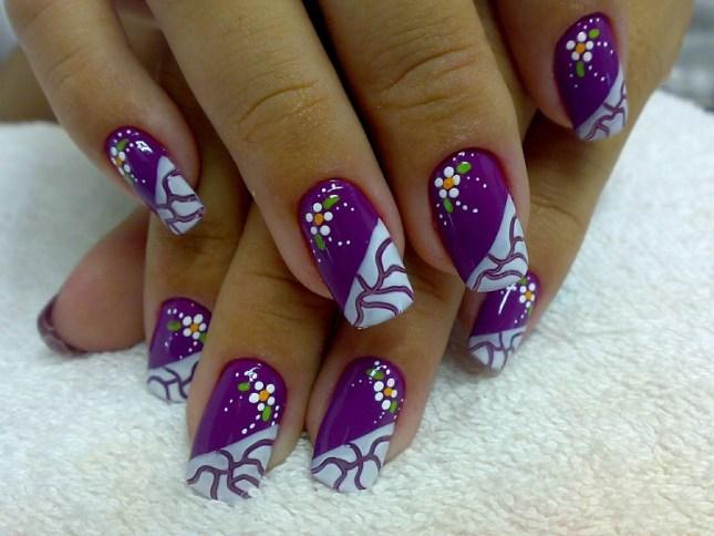 Lindo modelo de unhas decoradas com flores