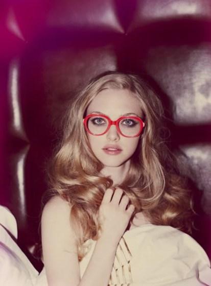 óculos com armação vermelha