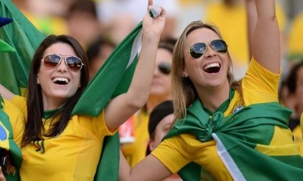 look verde e amarelo das mulheres nos estádios