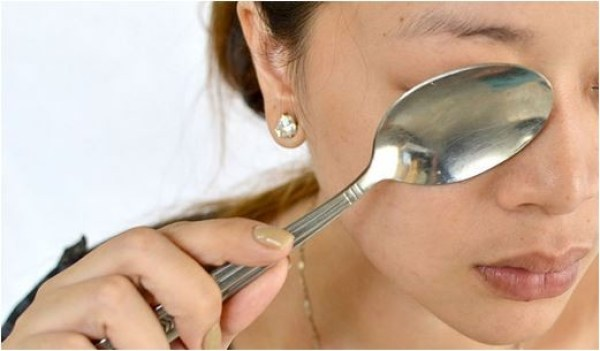 Colheres geladas para substituir cremes para olheiras é um dos truques caseiros