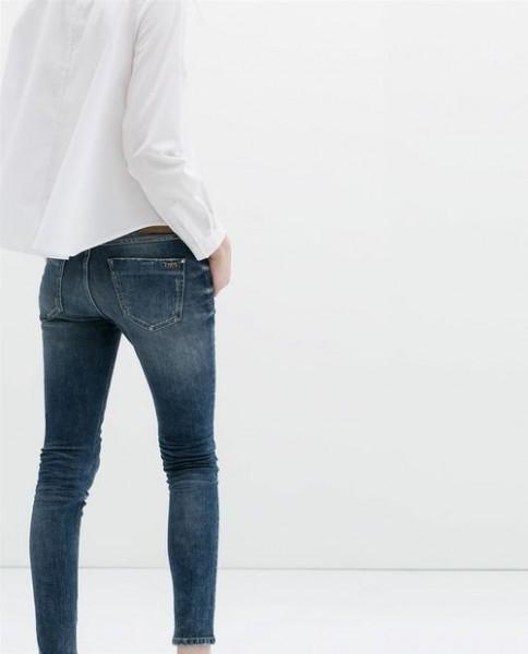 Calça jeans e camisa branca para você criar looks para ir a escola