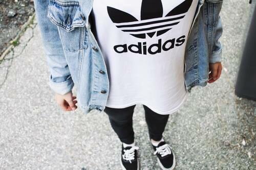 Looks para ir a escola com Calça preta + camiseta + jaqueta jeans