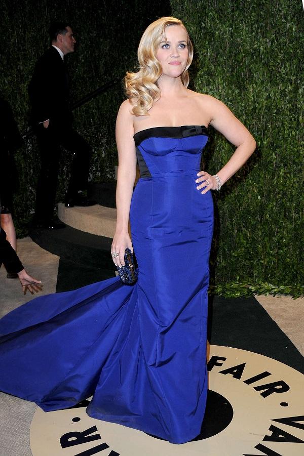 Reese Whiterspoon mostra como combinar o esmalte com o vestido