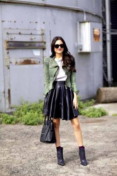 casaco no estilo militarismo com saia e bota preta