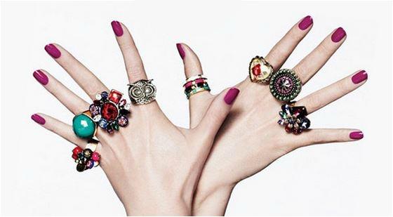 mãos com mix de anéis misturando vários estilos