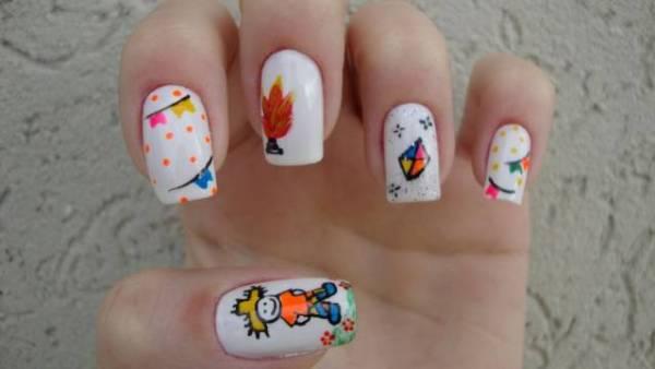 mãos com unhas decoradas para festa de junina