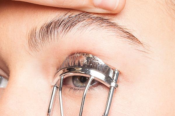 curve os cílios dos seus olhos pequenos