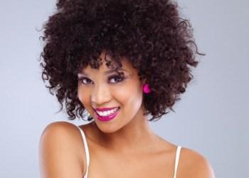 foto de mulher com o cabelo cacheado