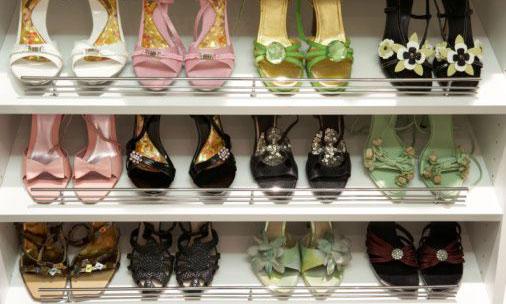 Organize os sapatos em prateleiras