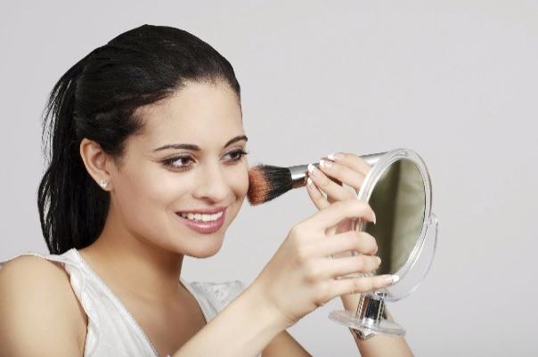 mulher se maquiando