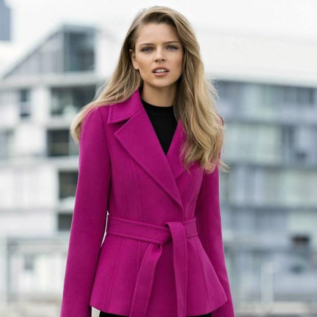 mulher loira com sobretudo cor de rosa