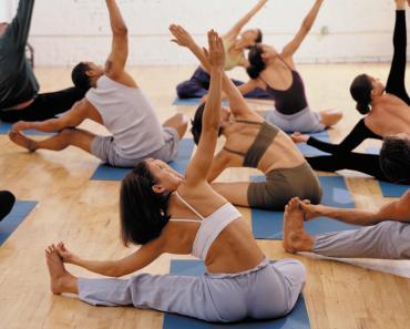 Mulheres fazendo pilates