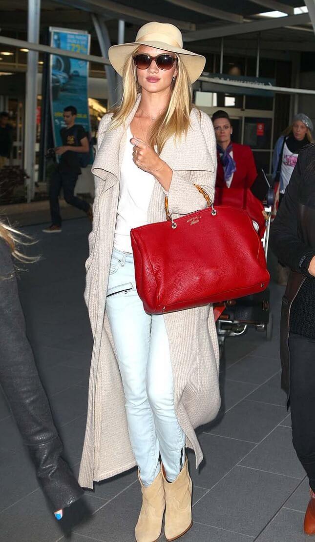 calça jeans com bolsa vermelha
