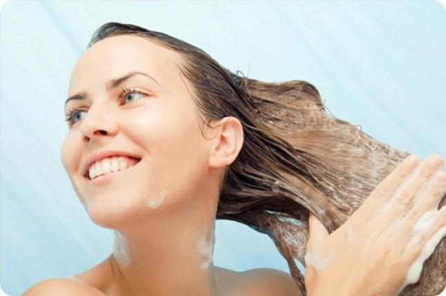 lavando o cabelo loiro
