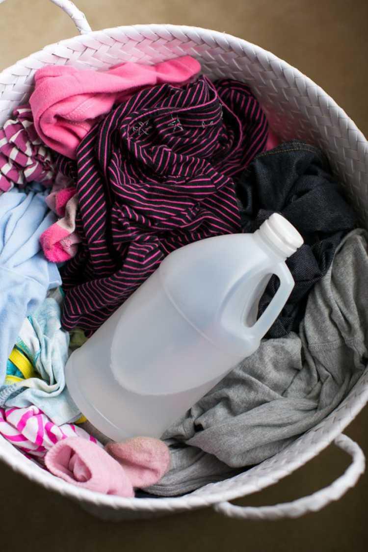 O vinagre é um excelente produto que ajuda a eliminar odores desagradáveis de suas roupas.