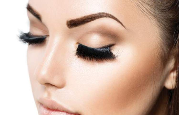 mulher com sobrancelhas de henna