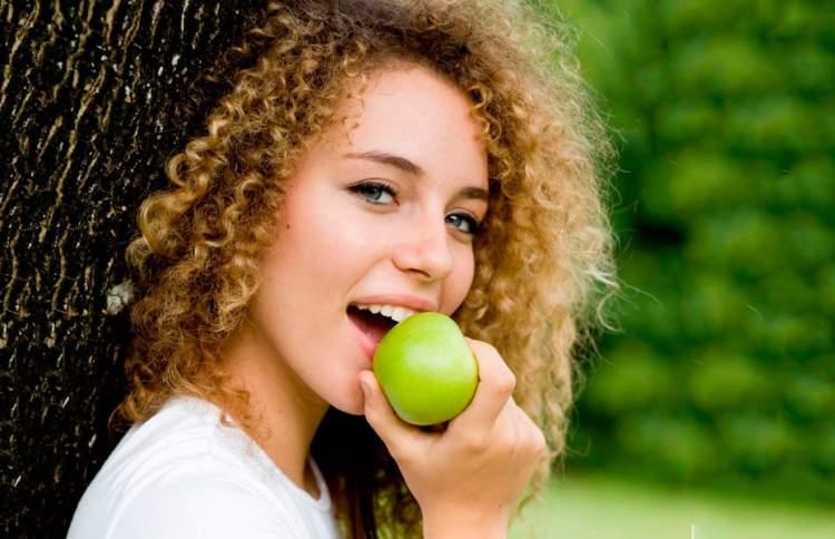 alimentação para conseguir um cabelo crespo de dar inveja