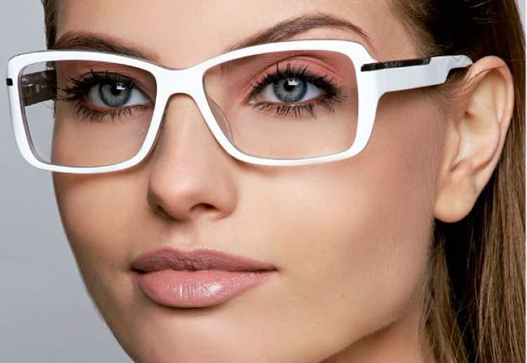 maquiagem bonita para mulheres que usam óculos