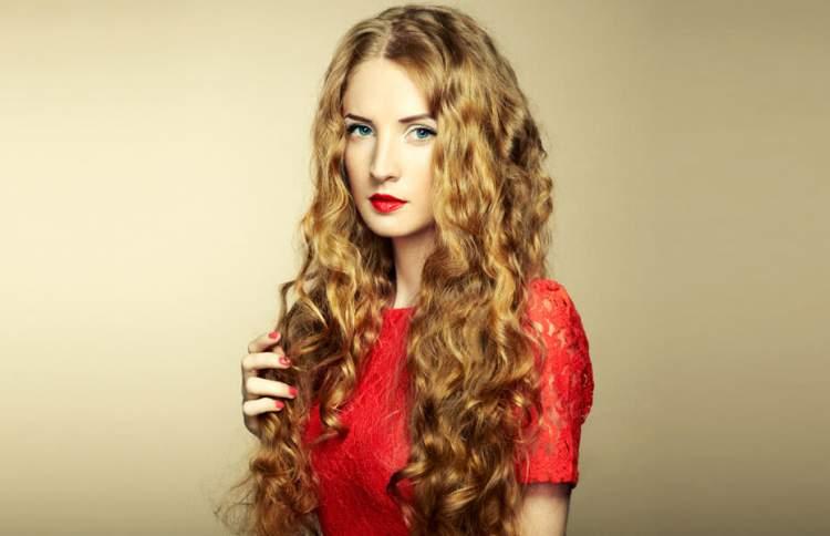 cabelos ondulados e longos