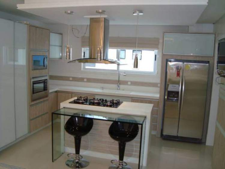 cozinha pequena com espaço para circulação