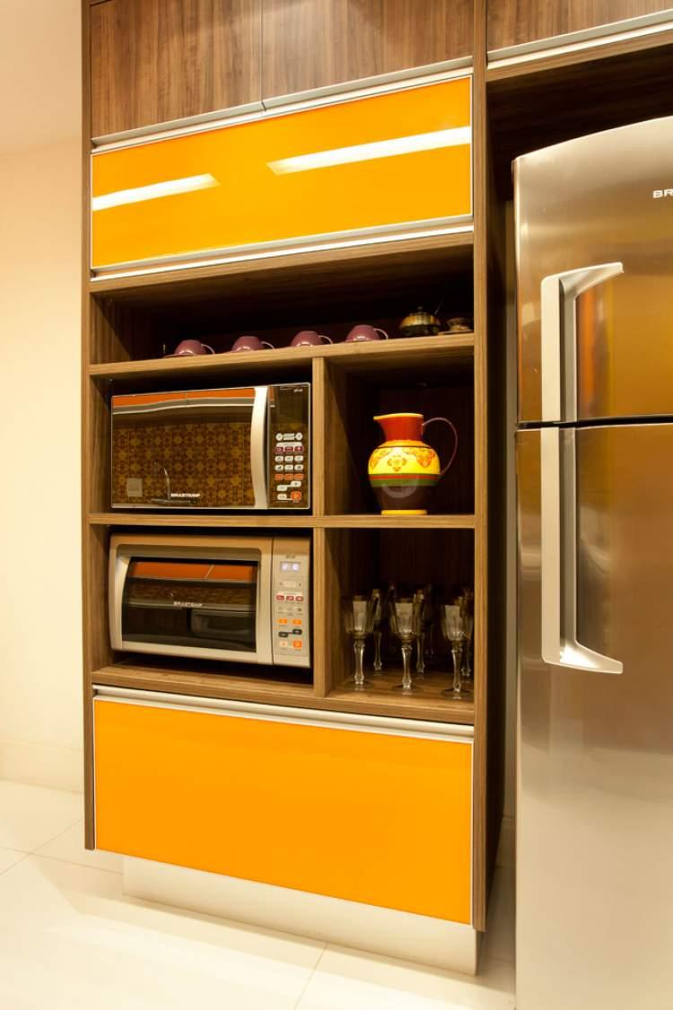 modelo de cozinha planejada pequena colorida