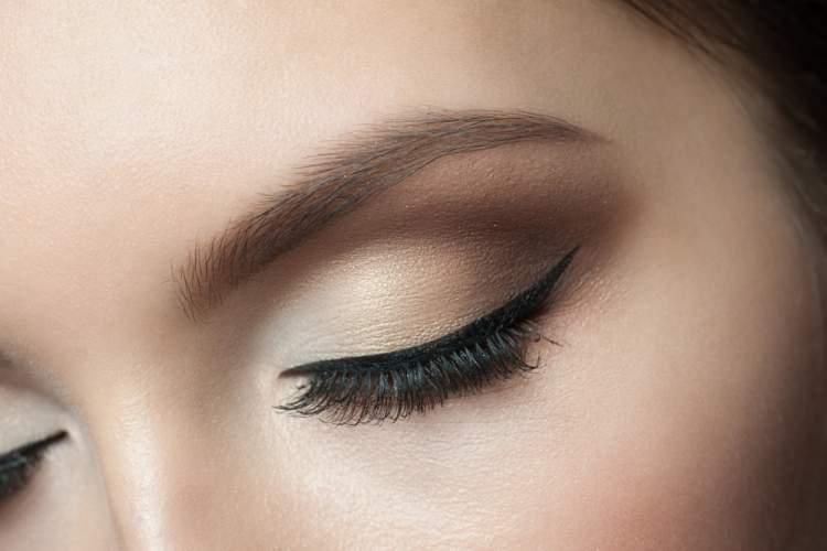 truque de maquiagem para aumentar os olhos