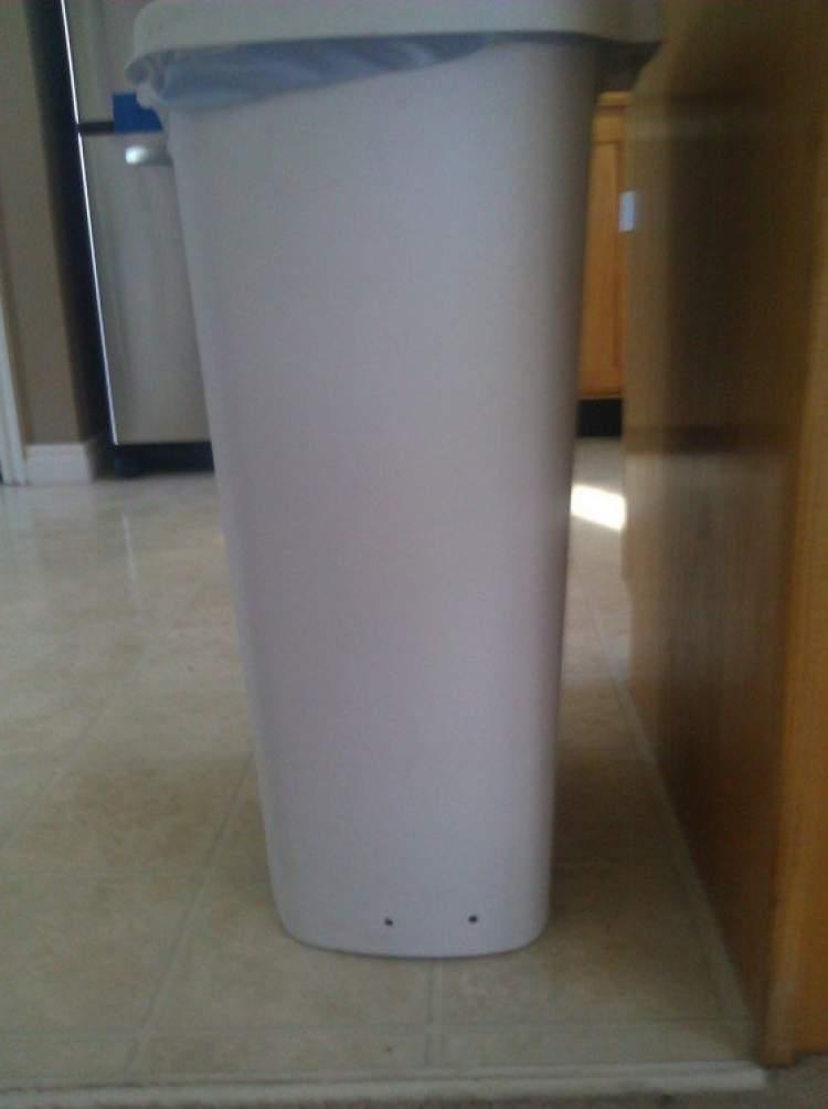 lata de lixo com dois furos