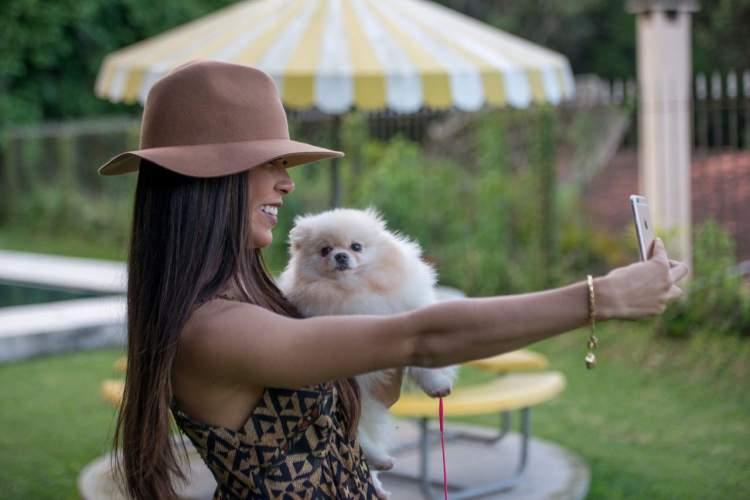 Foto da Priscila Rocha com um cãozinho