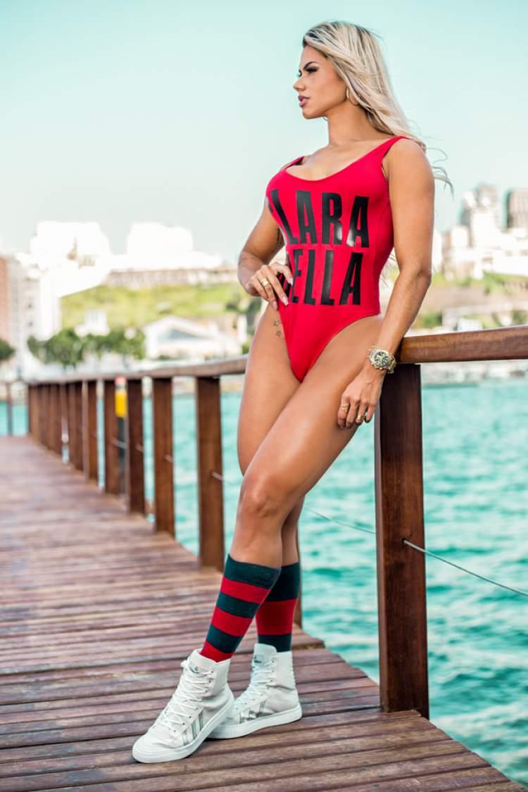 Janaína Santucci usando maiô vermelho da marca Clarabella