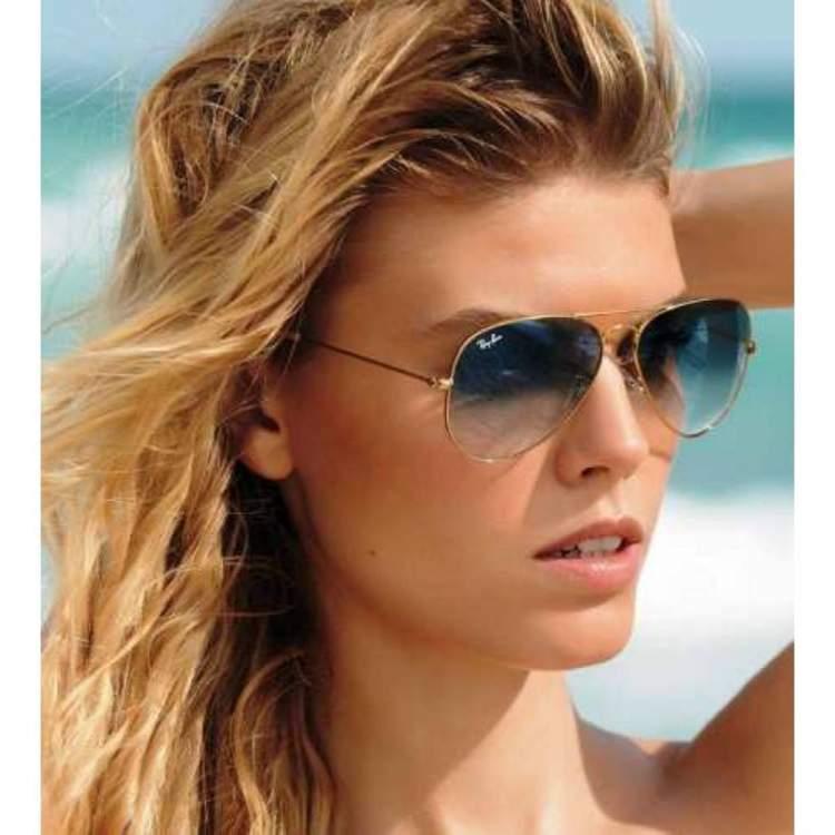 mulher usando óculos de sol modelo aviador