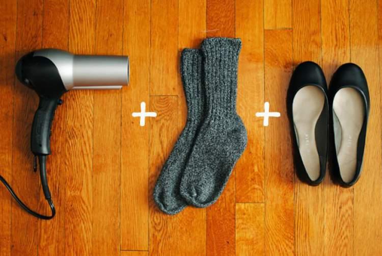 Laceando sapatos com meia e secador
