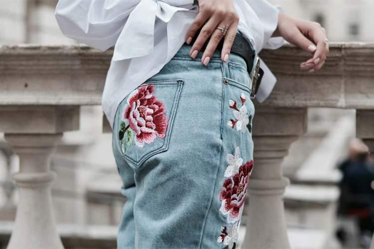 calça jeans bordada vai bombar no verão 2017