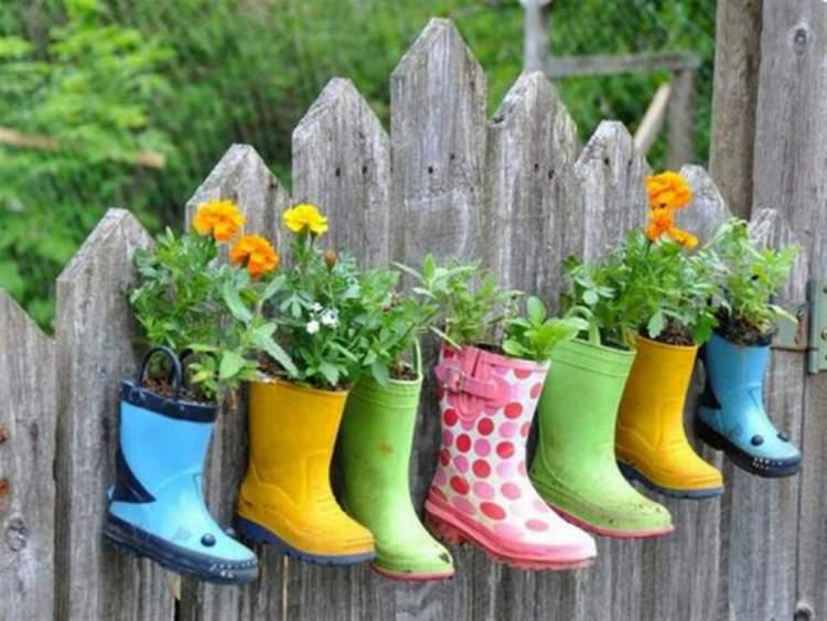 Vasos com plantas e flores feitos com galochas coloridas