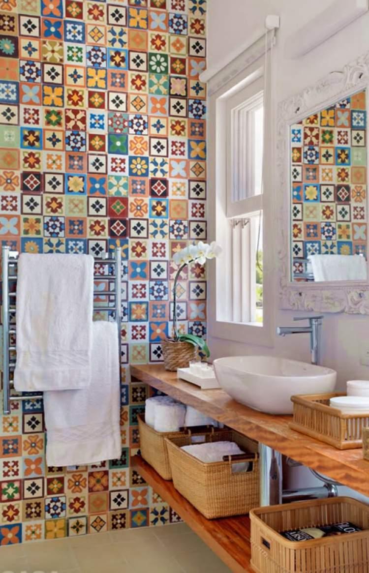 banheiro pequeno com vários elementos decorativos