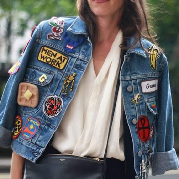 Jaqueta jeans nos ombros