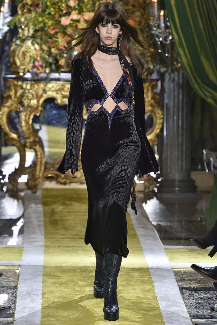Vestido de veludo preto é uma aposta da moda inverno 2017