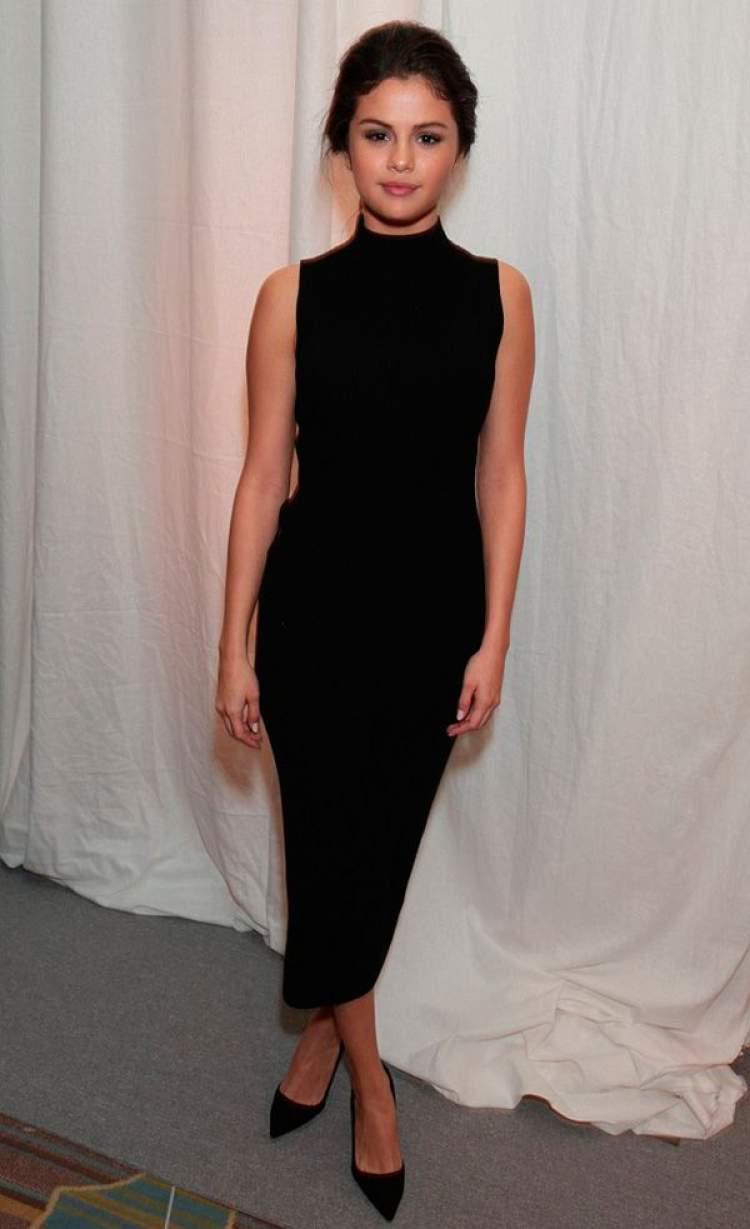 Look fashionista com vestido tubinho preto