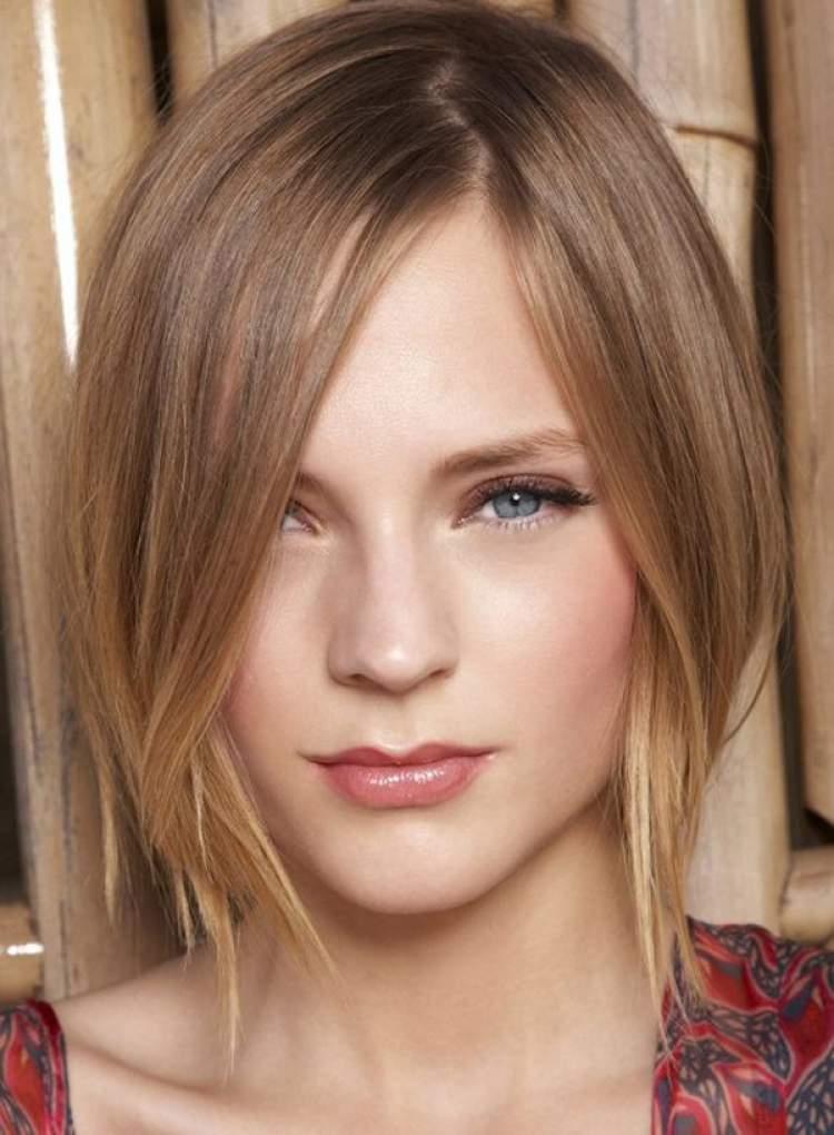 Corte de cabelo feminino com pontas longas na frente