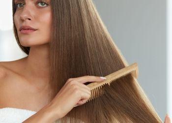 Mulher penteando os cabelos