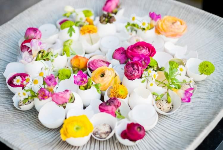 Vasinhos de flores em casca de ovos