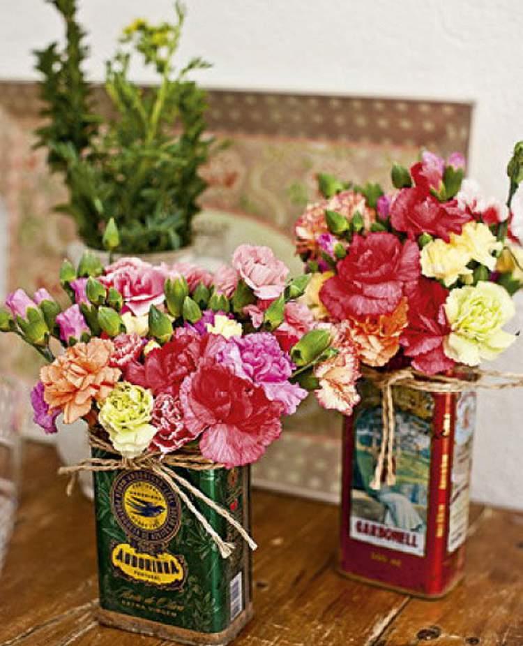 Vasos de flores em latas de azeite