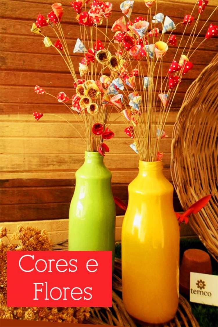 Use garrafas de iogurte recicladas como vasos para colocar flores