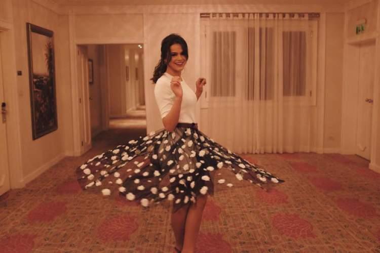 Bruna Marquezine usando saia com aplicação de cristais Michael Kors
