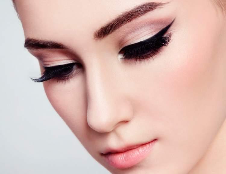 Delineado gatinho é um dos truques de maquiagem que enlouquecem os homens